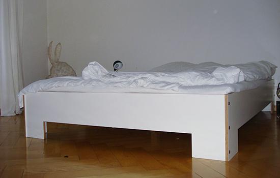 weisses Doppelbett in Birken-Sperrholz