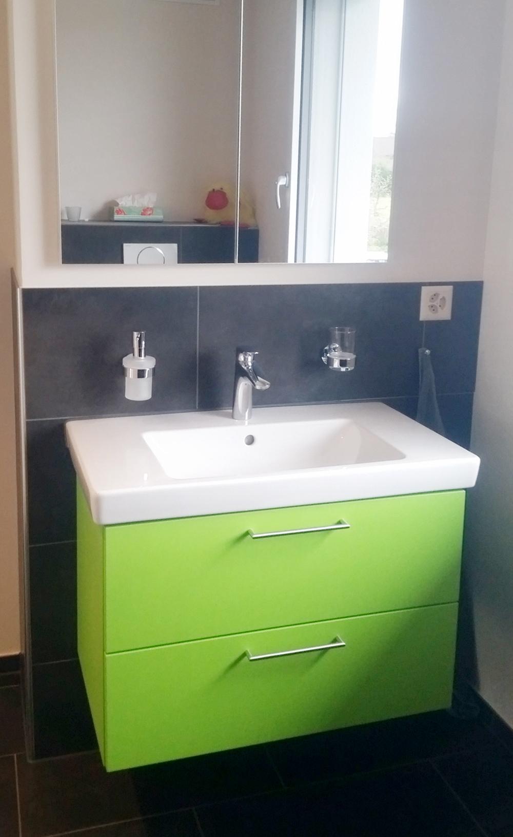 badm bel in knalligem gr n kreuz und quer. Black Bedroom Furniture Sets. Home Design Ideas